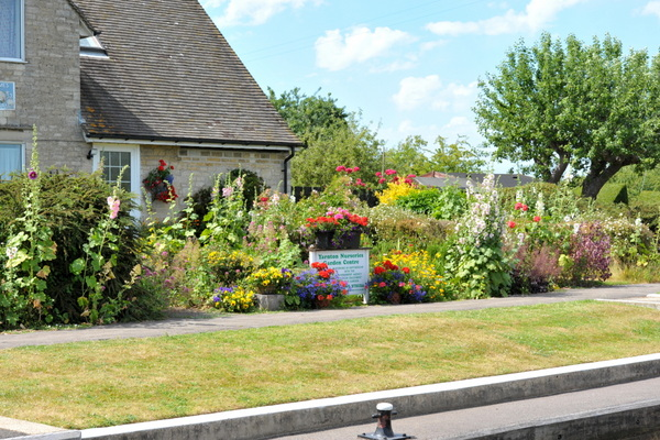 Pinkhill Lock Cottage garden