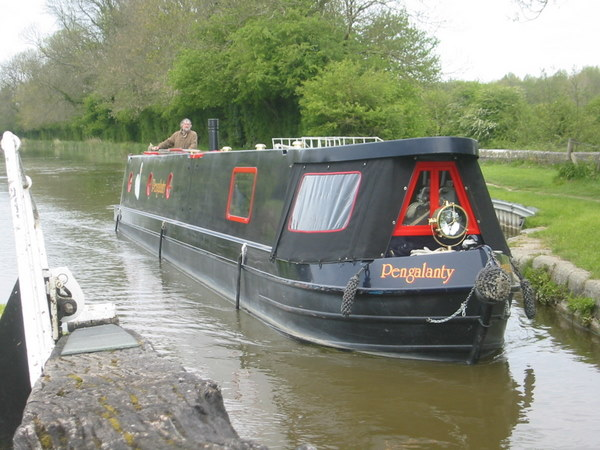 Narrowboat Pengalanty entering a lock