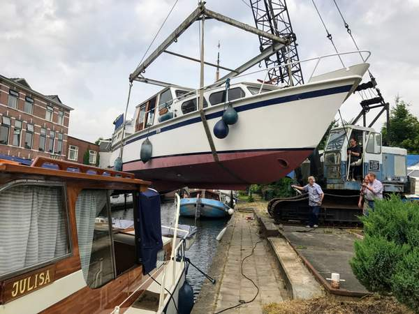 A boat is lifted over our Leiden mooring