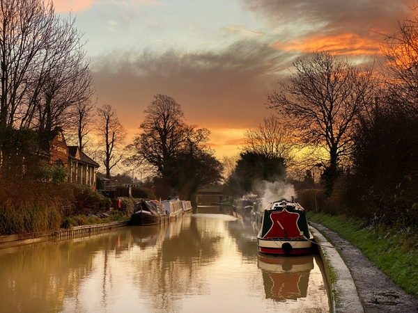 The sun rises over winter Braunston