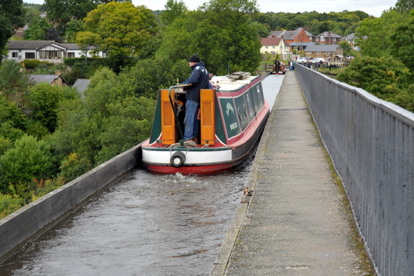 Crossing Pontcysyllte aqueduct - Mind the drop!